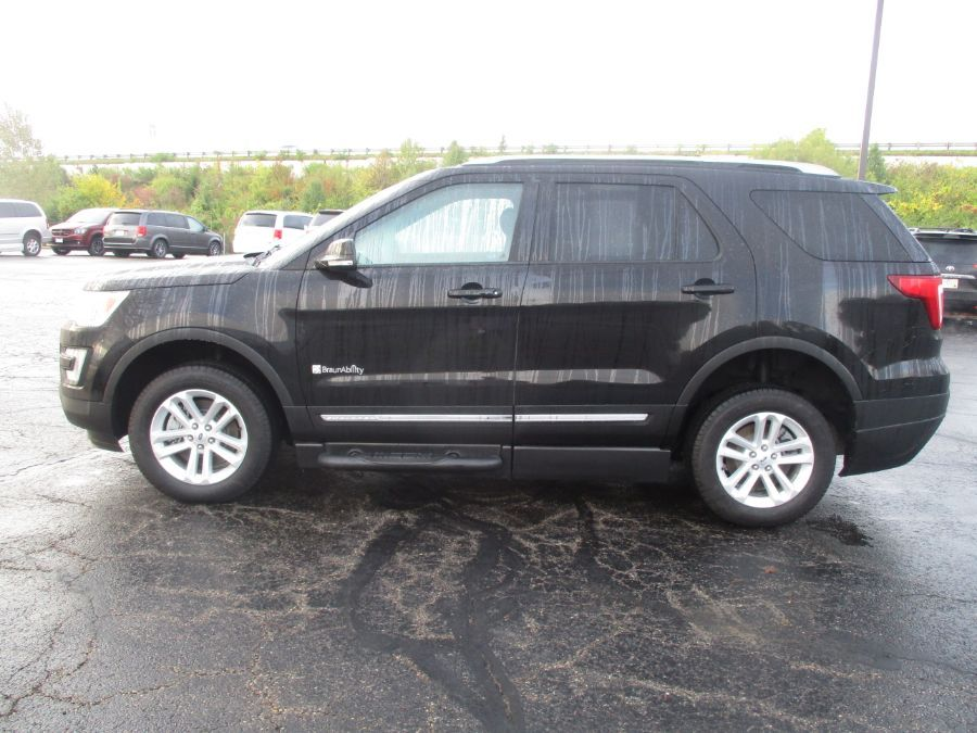 Black Ford Explorer image number 3