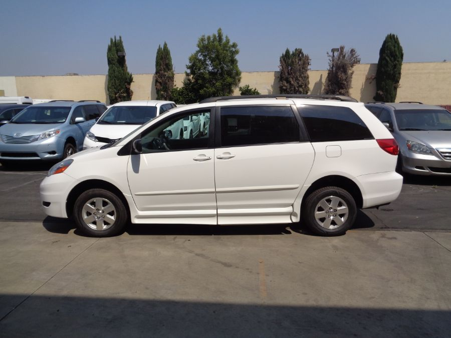 White Toyota Sienna image number 32