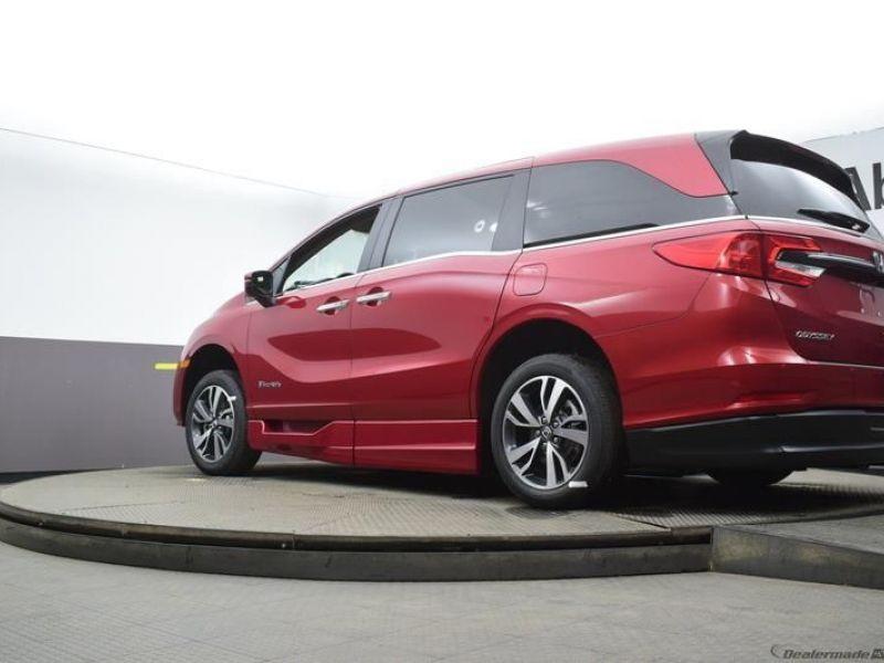 Red Honda Odyssey image number 17