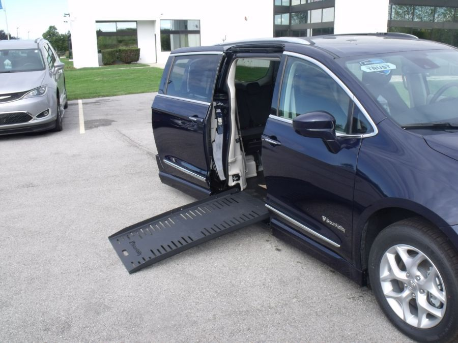 Blue Chrysler Pacifica image number 11