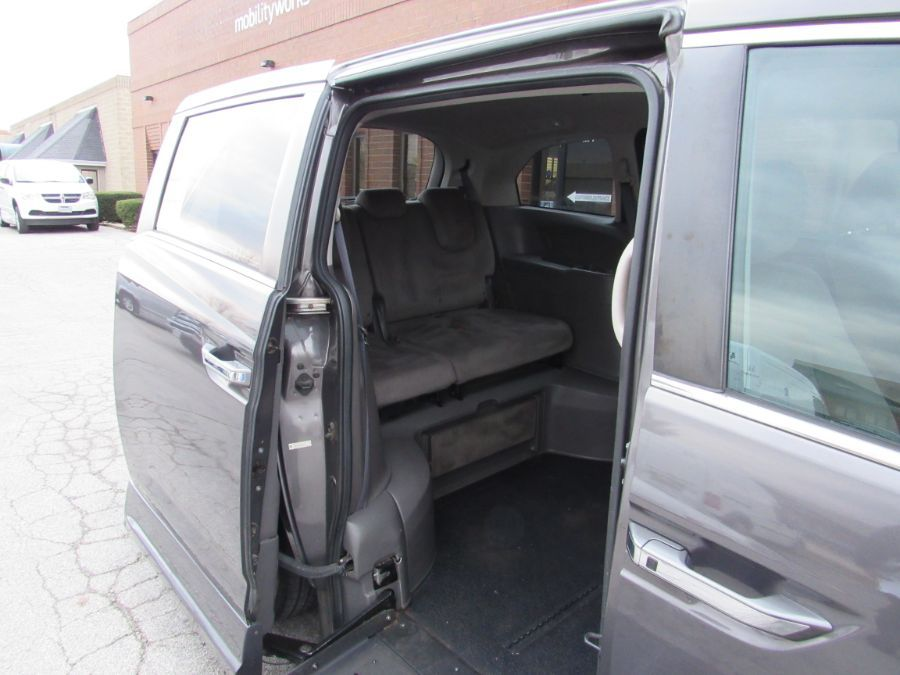Brown Honda Odyssey image number 13