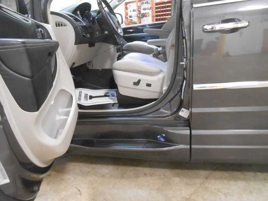 Gray Chrysler Town and Country image number 10