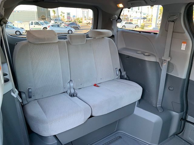 Blue Toyota Sienna image number 15