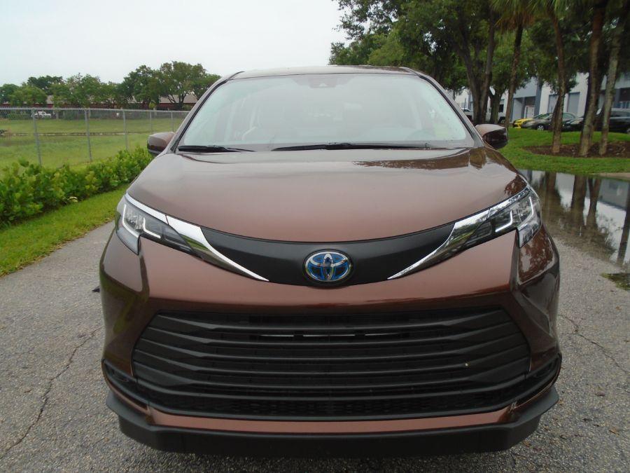 Orange Toyota Sienna image number 1