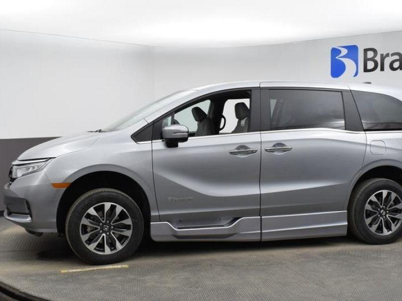 Silver Honda Odyssey image number 2