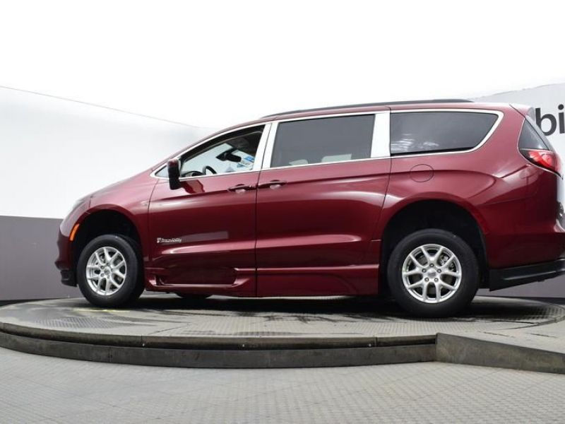 Red Chrysler Voyager image number 16