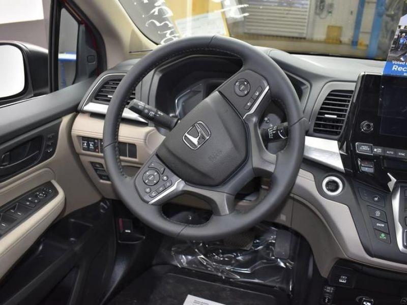 Red Honda Odyssey image number 10
