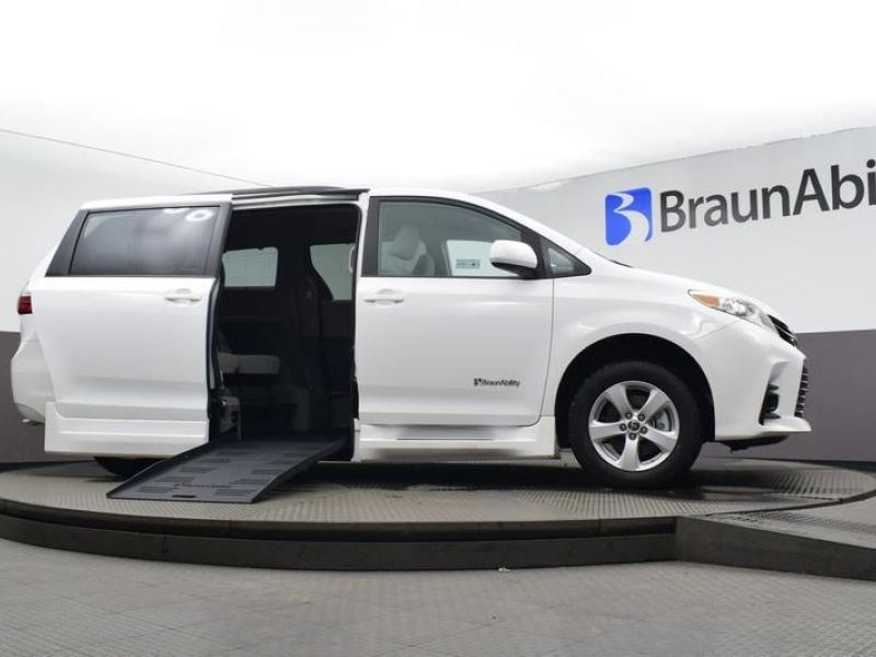 White Toyota Sienna image number 17