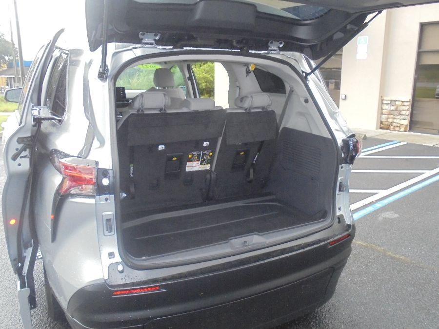 Silver Toyota Sienna image number 27