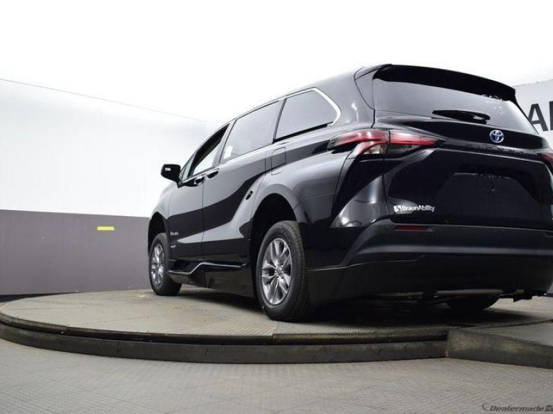 Black Toyota Sienna image number 15