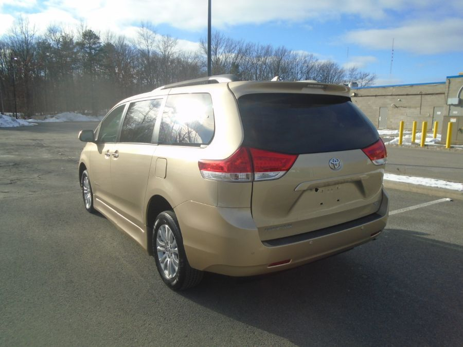 Gold Toyota Sienna image number 4