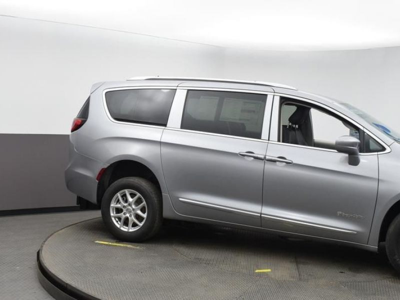 Silver Chrysler Pacifica image number 10
