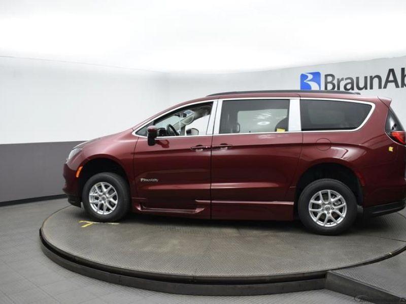 Red Chrysler Voyager image number 4