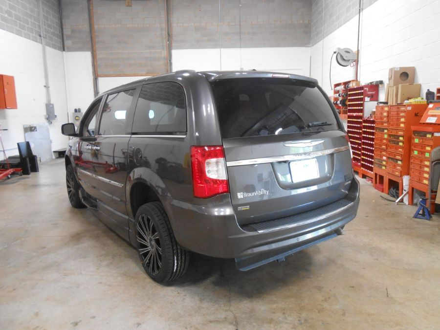 Gray Chrysler Town and Country image number 7