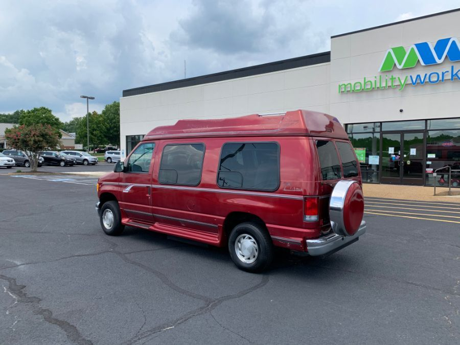 Ford E-150 image number 2