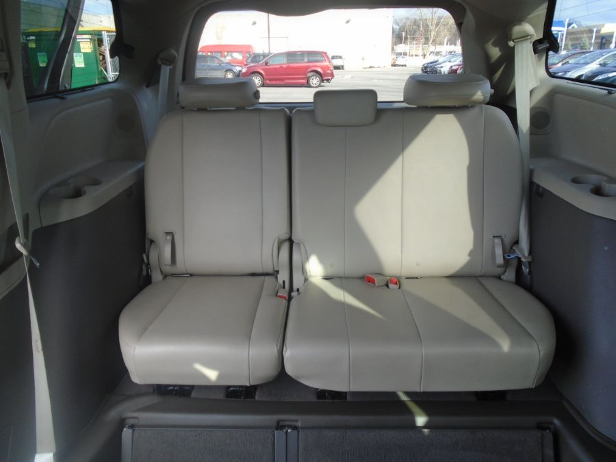 Gold Toyota Sienna image number 17