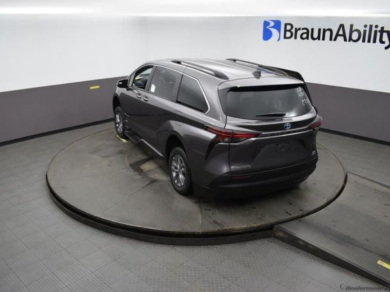 Gray Toyota Sienna image number 21