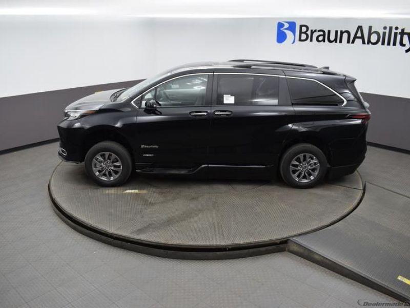 Black Toyota Sienna image number 2