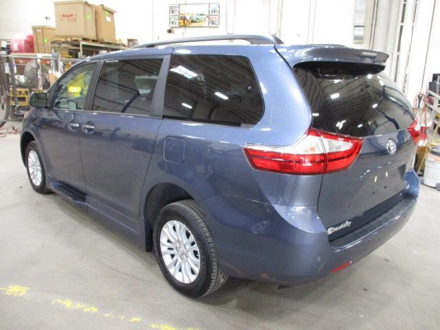 Blue Toyota Sienna image number 7