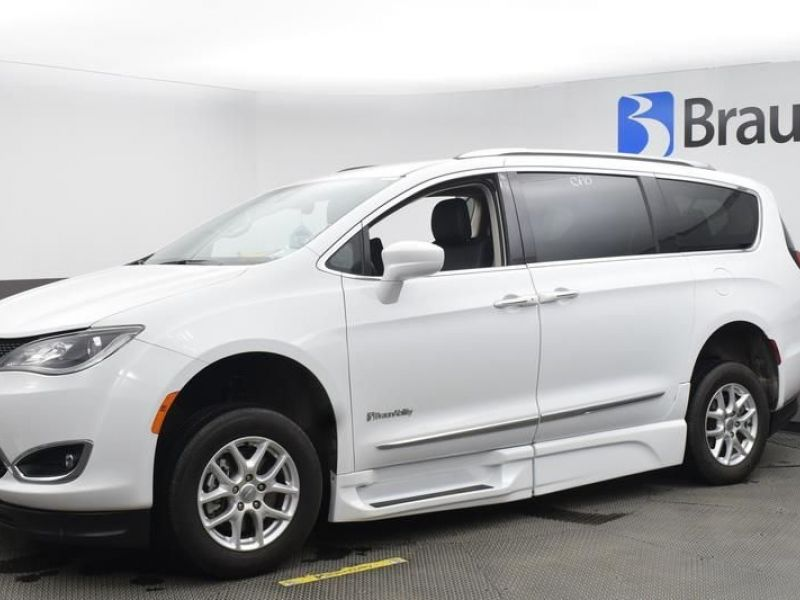White Chrysler Pacifica image number 2
