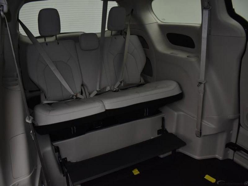 Black Chrysler Voyager image number 9