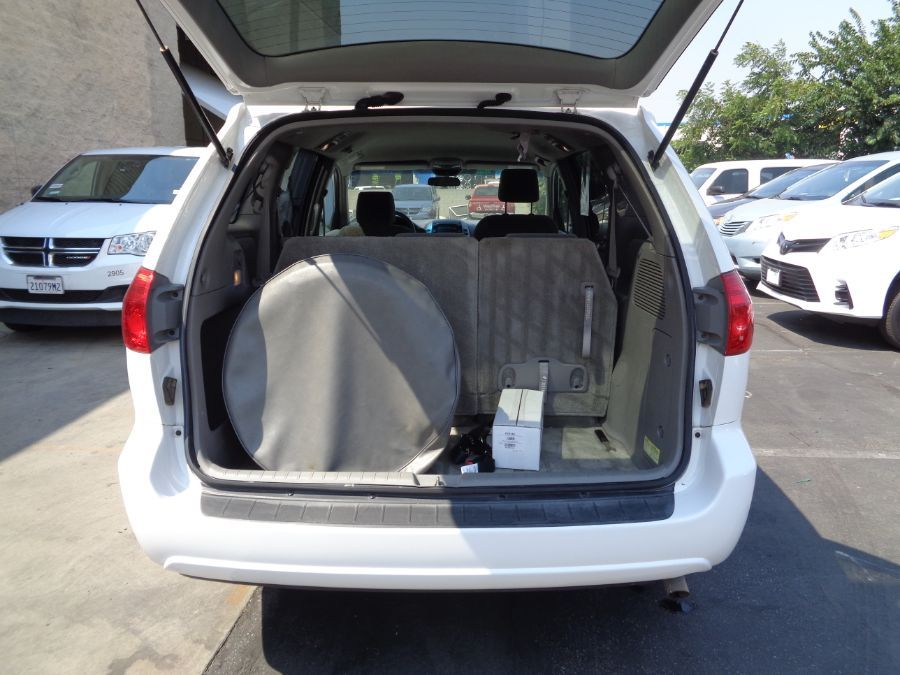 White Toyota Sienna image number 34