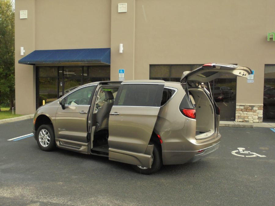 Silver Chrysler Pacifica image number 16