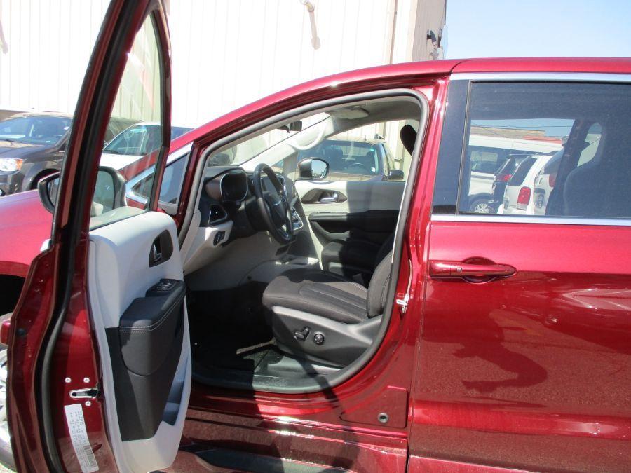 Red Chrysler Voyager image number 7