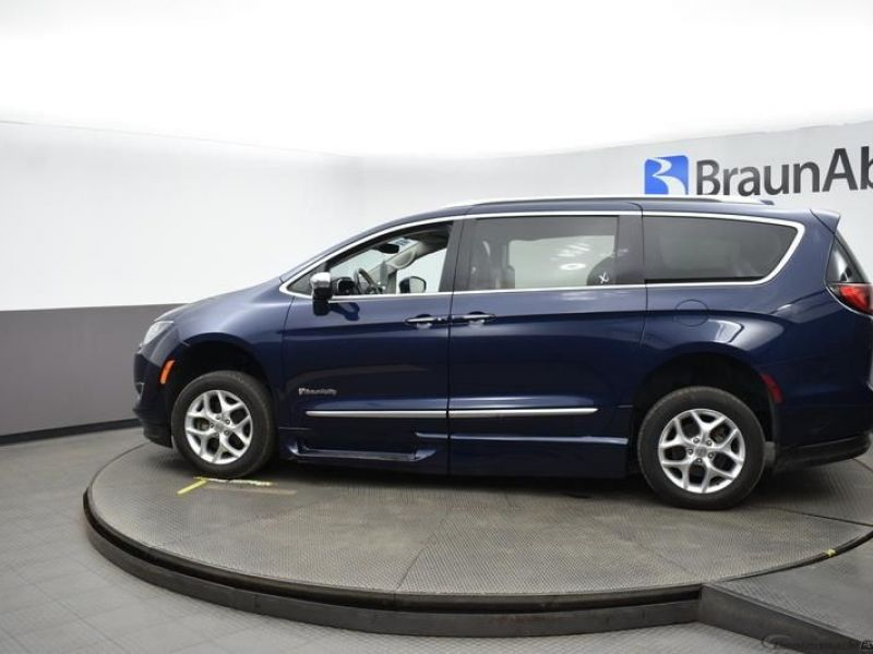 Blue Chrysler Pacifica image number 4