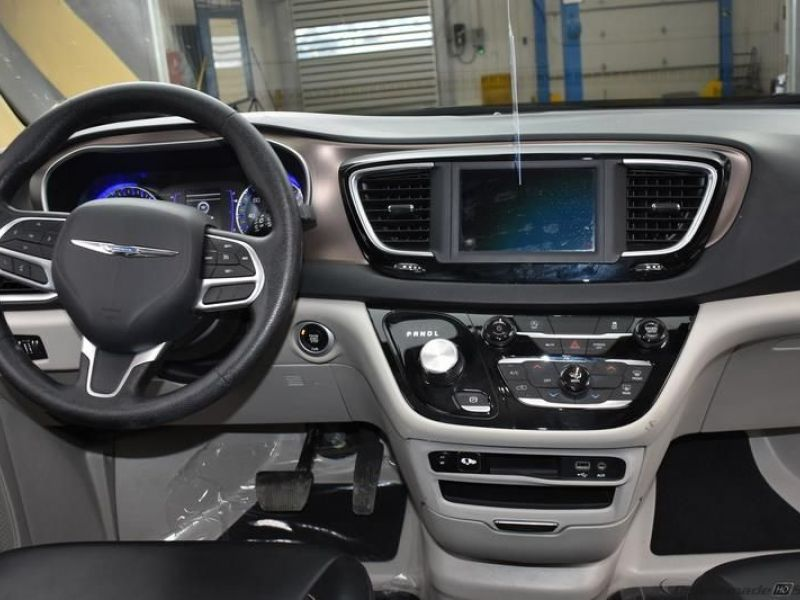 Black Chrysler Voyager image number 10
