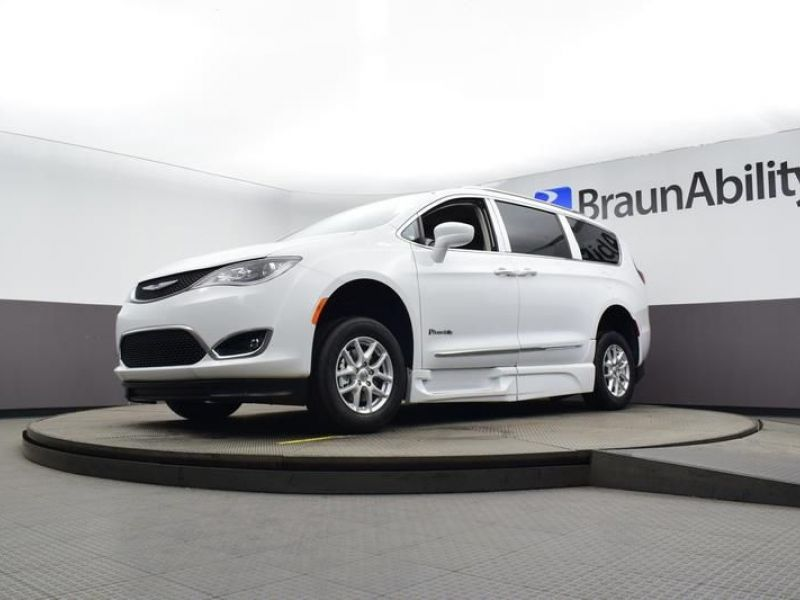 White Chrysler Pacifica image number 17