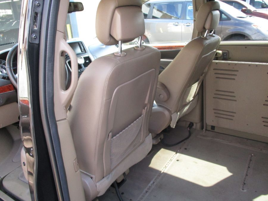 Black Chrysler Town and Country image number 30