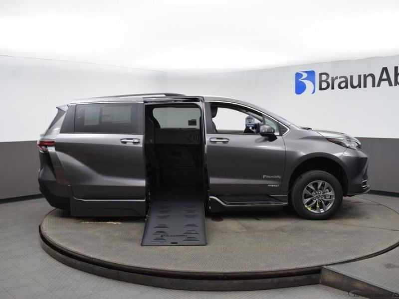 Gray Toyota Sienna image number 22