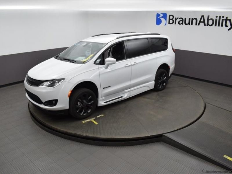 White Chrysler Pacifica image number 21