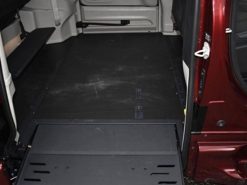 Red Chrysler Voyager image number 9