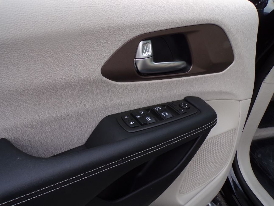 Black Chrysler Voyager image number 24
