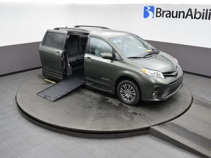 Green Toyota Sienna image number 24