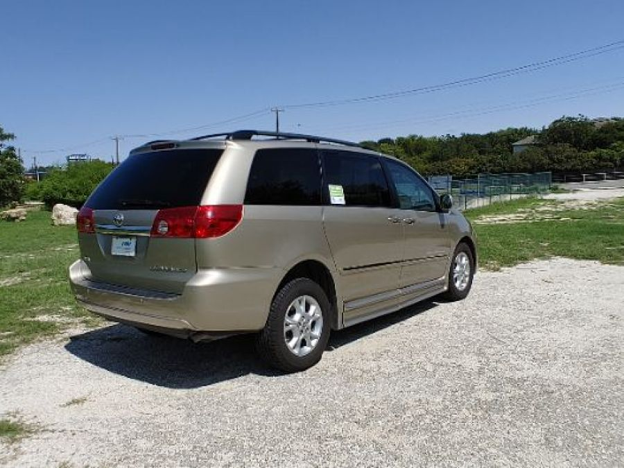 Gold Toyota Sienna image number 7