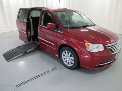 2015 Chrysler Town and Country w/ NAV