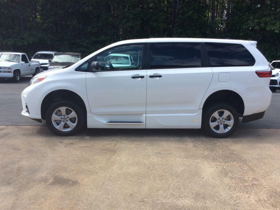 White Toyota Sienna image number 7