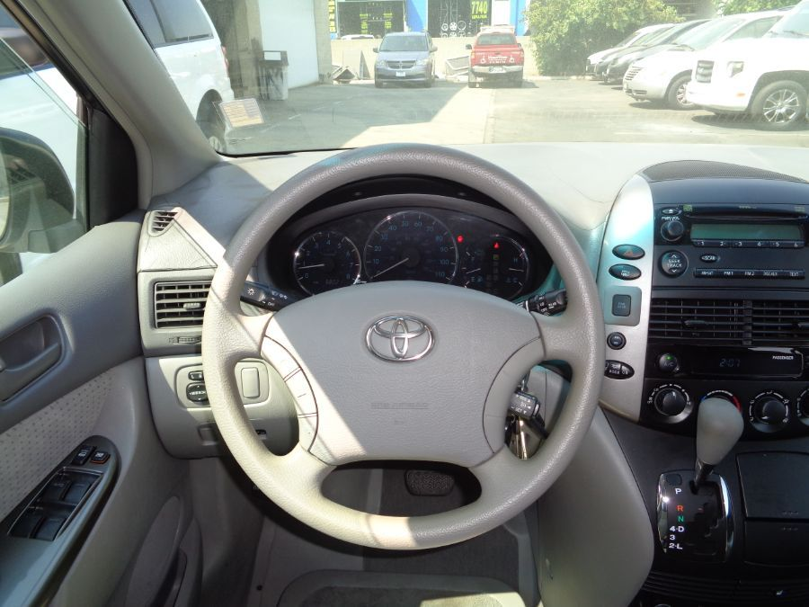 White Toyota Sienna image number 25