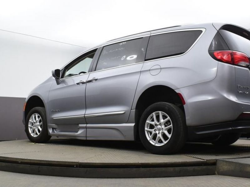Silver Chrysler Pacifica image number 18