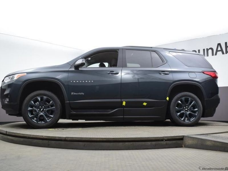 Gray Chevrolet Traverse image number 16