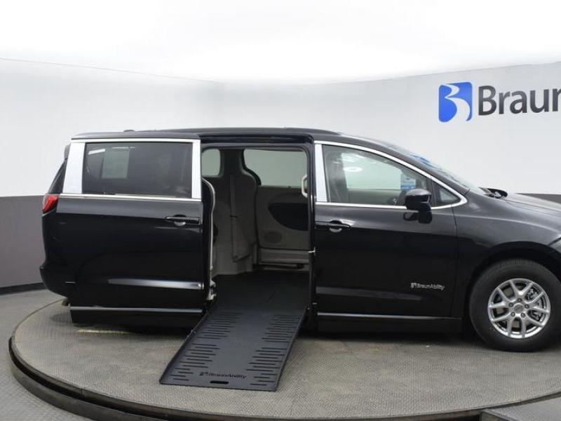 Black Chrysler Voyager image number 23