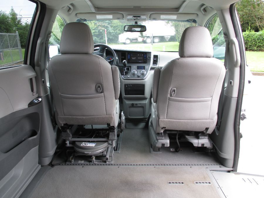 White Toyota Sienna image number 15