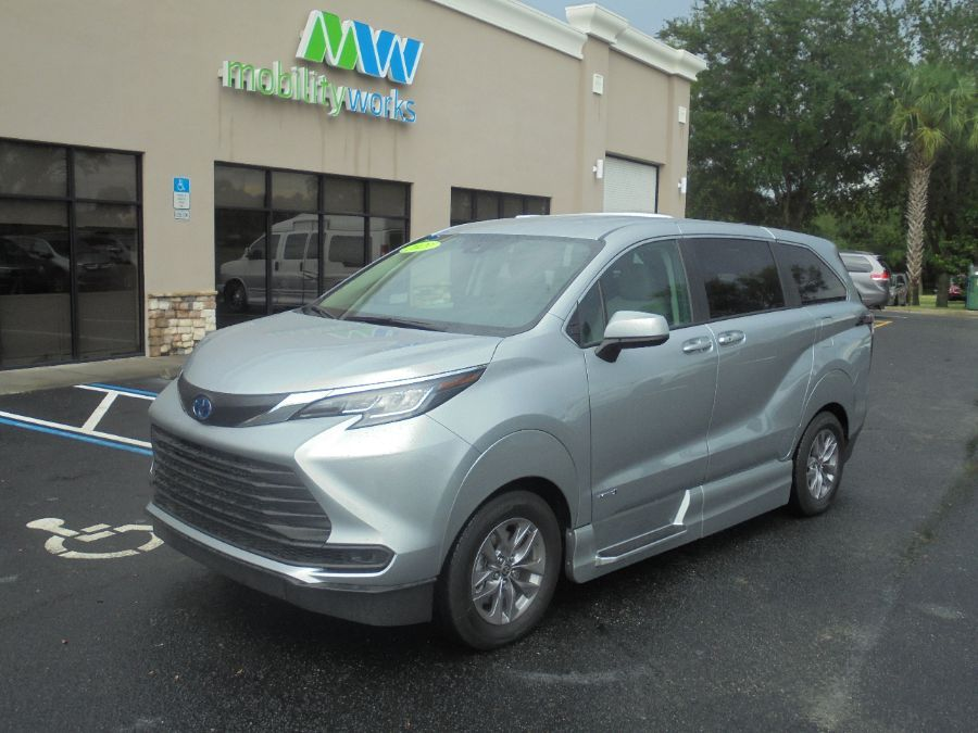 Silver Toyota Sienna image number 3