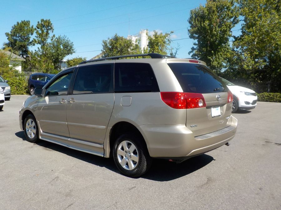 Toyota Sienna image number 3