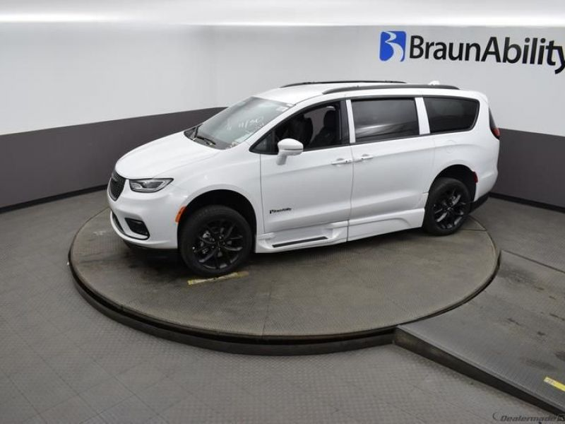 White Chrysler Pacifica image number 19