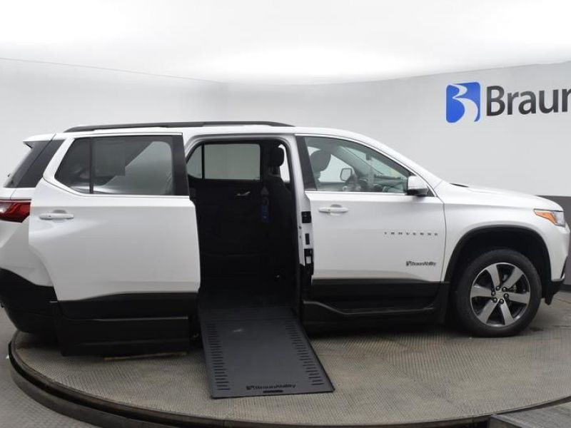 White Chevrolet Traverse image number 26