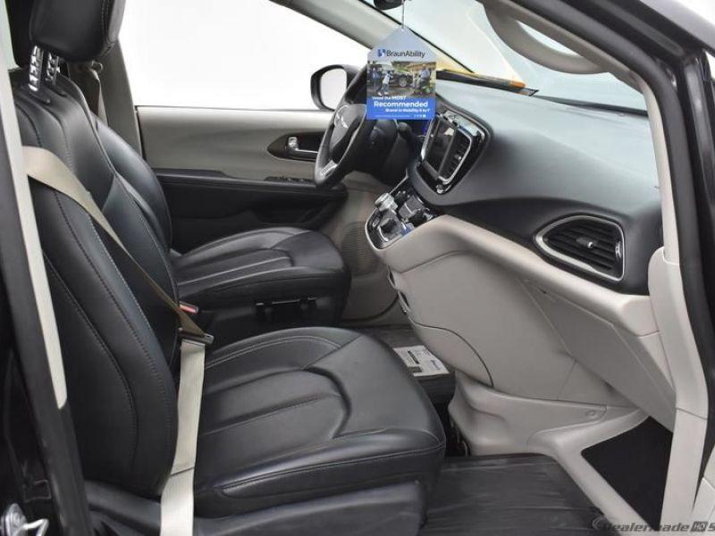 Black Chrysler Voyager image number 7